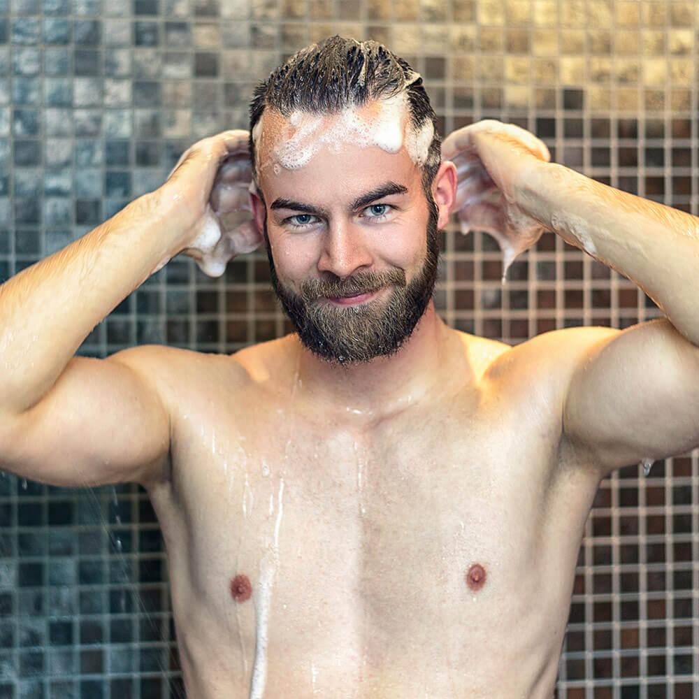 Khi tắm, hãy tranh thủ dùng cả mười đầu ngón tay và bóp nhẹ da đầu theo chiểu từ trán và hai bên mai lên đỉnh đầu.